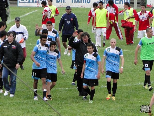 José Luis Bitaváres y los jugadores se retiran aplaudidos por el público en el Mario Sobrero