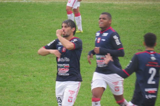 Festejo del gol tacuaremboense.